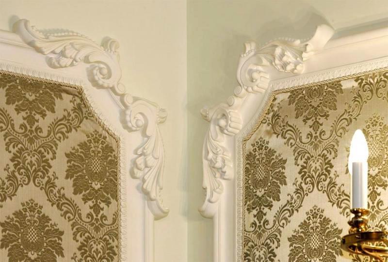Дизайн на стене из плинтусов